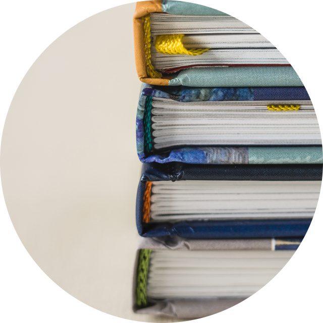 boeken met kapitaalband en leeslint
