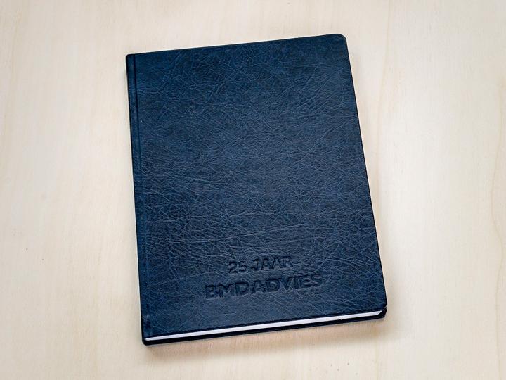 notitieboek met verdiept logo