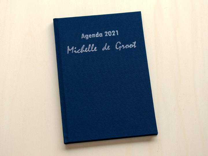 linnen boek met zilveren tekst